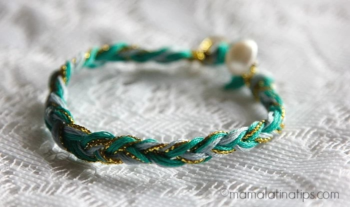 Pulsera en forma de trenza de color verde y azul