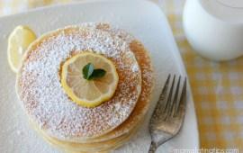 Hot Cakes de Limón con Compota de Bayas