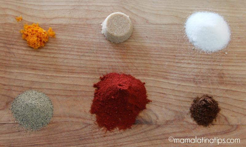 Ralladura de naranja, azúcar morena, sal, pimienta, achiote y clavos de olor