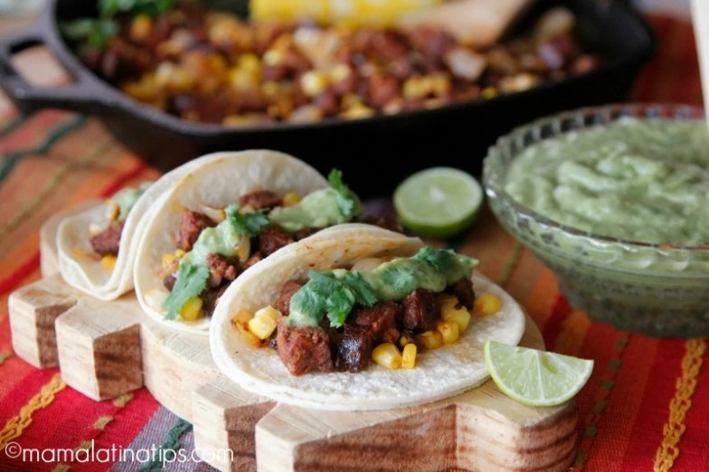 Tacos de chorizo con cebolla y elote asados y salsa de aguacate - mamalatinatips.com