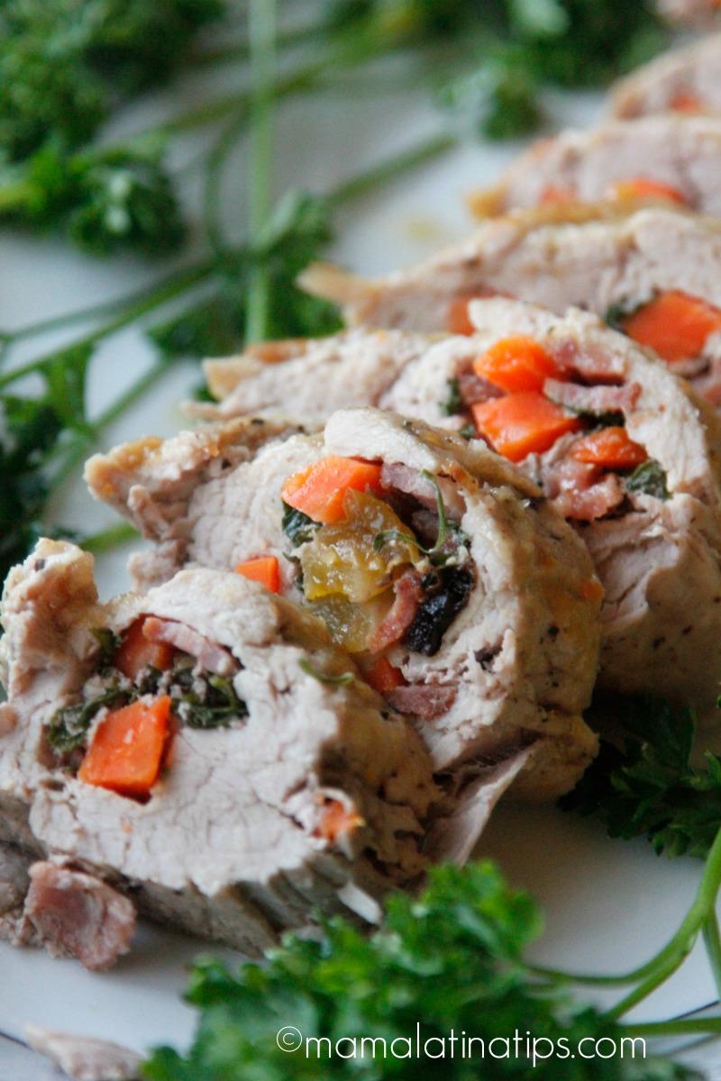 Lomo mechado con salsa de chabacano y habanero relleno y sobre un plato adornado con perejil fresco