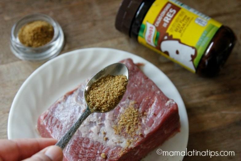 Sazonando carne de res con Knorr® caldo de res