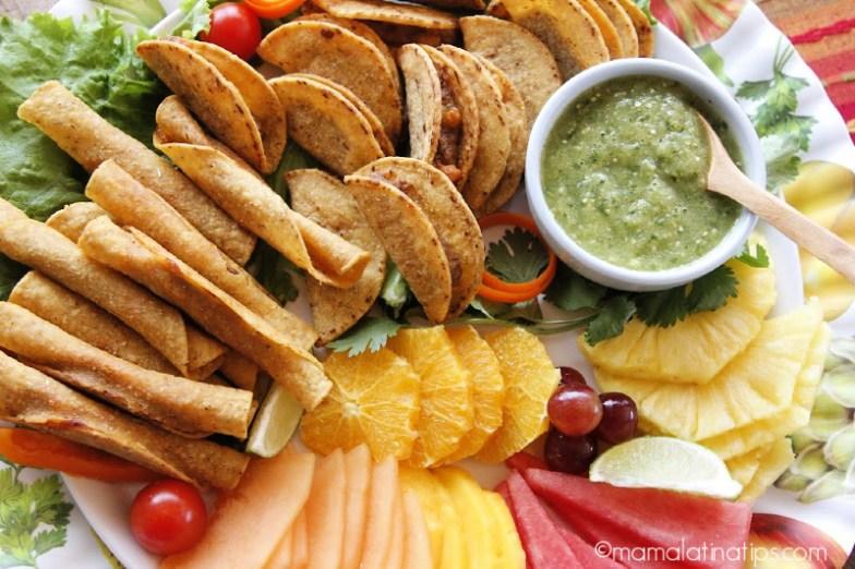 taquitos dorados, fruta y salsa verde