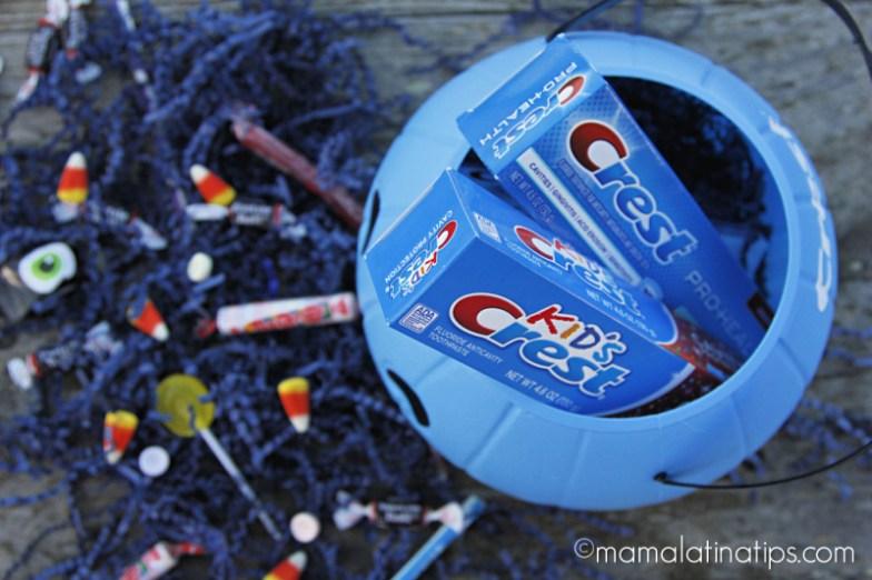 Calabaza azul con productos de Crest y dulces de Halloween