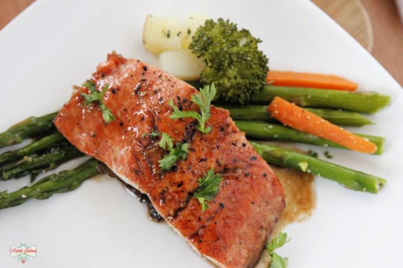 Salmon con salsa de limón y vinagre balsámico servido con verduras