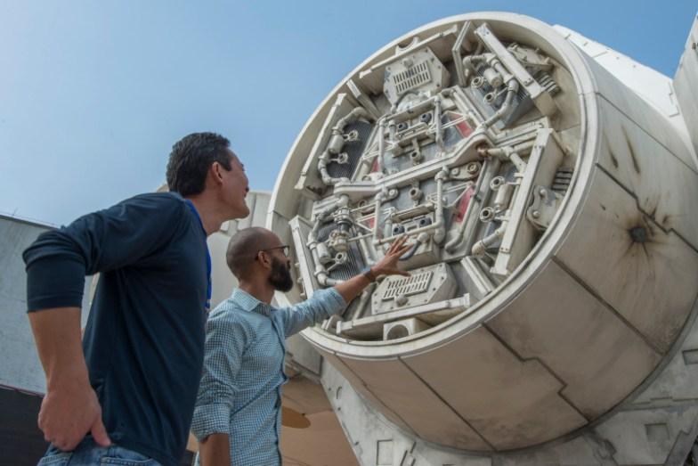 Empleados viendo una de las partes de la nave Falcón MIlenario de Star Wars