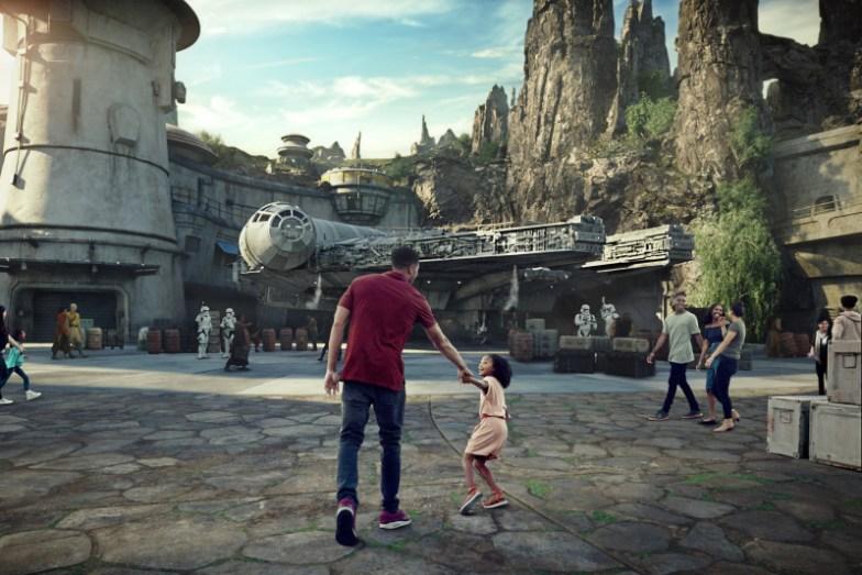 Padre e hija caminando hacia el Halcón Milenario en el mundo de Star Wars en Disneylandia