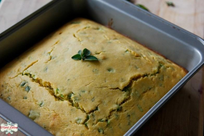 Pan de maíz con jalapeño y hierbas de olor recién horneado