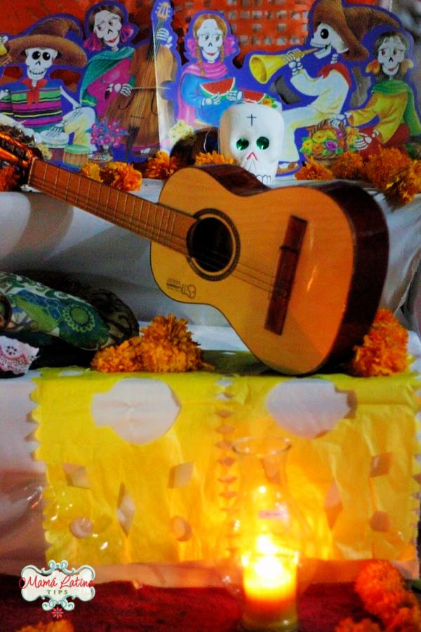Altar de muerto de colores y con una guitarra