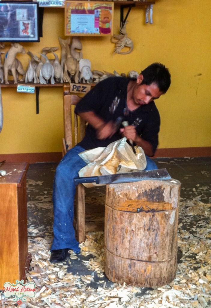 Artista esculpiendo alebrije