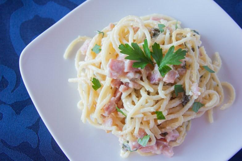Espagueti con jamón y perejil