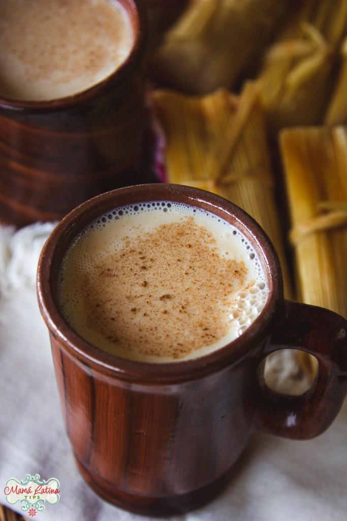 Atole de caramelo en taza de cerámica café