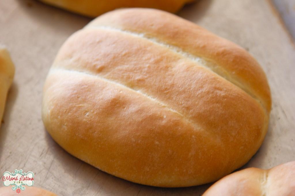 Pan telera sobre charola para hornear