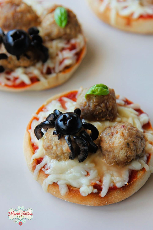 mini pizzas con queso, albóndigas y una araña de aceituna