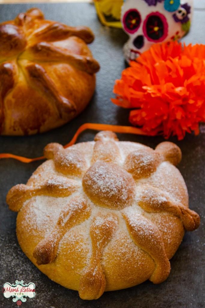 Pan de muerto tradicional mexicano en dos formas, con azúcar y sin ella.
