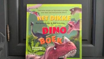 Het Dikke Dinoboek trekt meteen de aandacht van zowel de jongste van 2 als de oudste van 7. De jongste ziet alleen 'grote dino's', de oudste leest meteen.