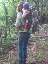 ab in die Kraxe, es geht in den Wald!