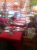 ein seltenes Bild, wo wir mal ALLE zusammen gegessen haben (leider verwackelt, aber Mia ist prima zensiert) xD