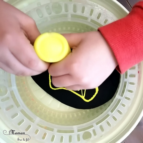 Activité créative enfants - Oeufs de Pâques noirs peints à essoreuse à salade - technique Peinture ludique - Contraste Noir et couleurs vives - Bricolage de Pâques - Œufs décorés peints - mélange des couleurs - marbrée - Arts visuels maternelle - Chasse - mslf