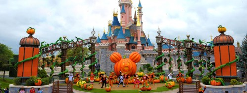 n011566_2018oct5_mickeys-halloween-treat-in-the-street_926x351