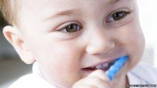 _76797268_young_boy_brushing_his_teeth-spl
