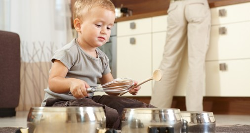 kid_playing_kitchen_bg