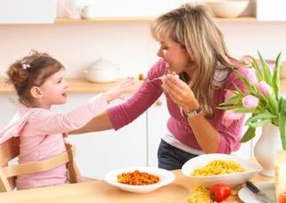 annabel_feeding_toddler