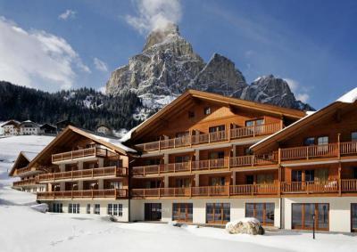 TH Hotel Greif Corvara - Alto Adige e Periodo 26-30 Dicembre - 4 Notti e Mezza pensione bevande escluse Quota per persona in sistemazione Classic euro684 e QUOTA FAST SCONTO DEL 12 SULLA QUOTA SOGGIORNO QUOTA EASY SCONTO DEL 6 SULLA QUOTA SOGGIORNO SOGGETTO A DISPONIBILIT e MONOVANO 34 LETTO CHD 3-15 ANNI NC 50 RID 34 LETTO AD 30 e BIVANO RID 34 LETTO CHD 3-15 ANNI NC 25 RID 34 LETTO AD 15 e FLINKY CARD FINO A 3 ANNI NC euro18 AL GG DA PAGARE IN AGENZIA e Quota di iscrizione comprende assicurazione medico bagaglio AD euro35 CHD 3-15 ANNI euro21 e Hotel Greif LHotel Greif  un 4 stelle che ospita lussuose piscine coperte e scoperte e una sauna Si trova nel centro di Corvara in Badia ed  circondato dalle Dolomiti Il ristorante propone prelibatezze tradizionali della cucina altoatesina Le eleganti camere del Greif offrono unatmosfera tipica della montagna, caratterizzata da mobili in legno chiaro e pavimenti in gran parte in moquette Le sistemazioni sono dotate di TV e minibar In alcuni alloggi  presente un balcone con vista sulle montagne La struttura mette a disposizione uno spazio per depositare le attrezzature da sci Dista appena 600 metri dalle piste da sci del comprensorio sciistico Dolomiti Superski Uno skibus gratuito pubblico che ferma nelle vicinanze vi condurr alle piste LHotel Greif dispone di un parcheggio gratuito ed  ubicato a 10 minuti di macchina da Badia La stazione sciistica di Selva di Val Gardena  raggiungibile in auto in 30 minuti