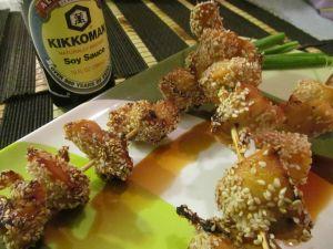 Brochetas de pollo con salsa de soja, miel y sésamo {Receta}