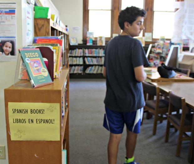 gabi en la biblioteca