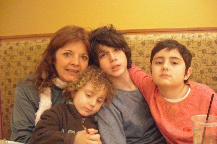 Mi mamá con mi hermano menor y mis dos hijos.
