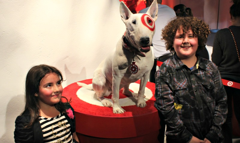 los niños con el perro de target