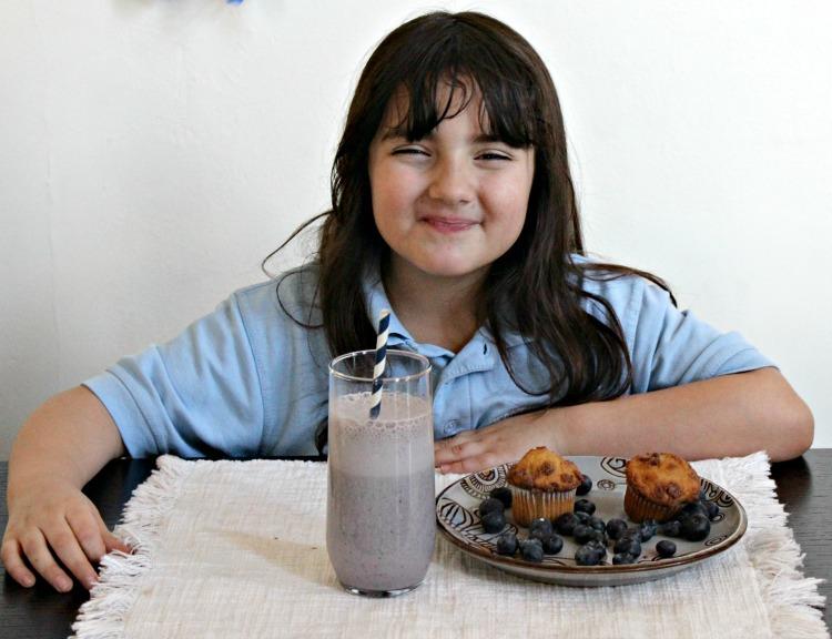 Niños desayunando licuado de arándanos