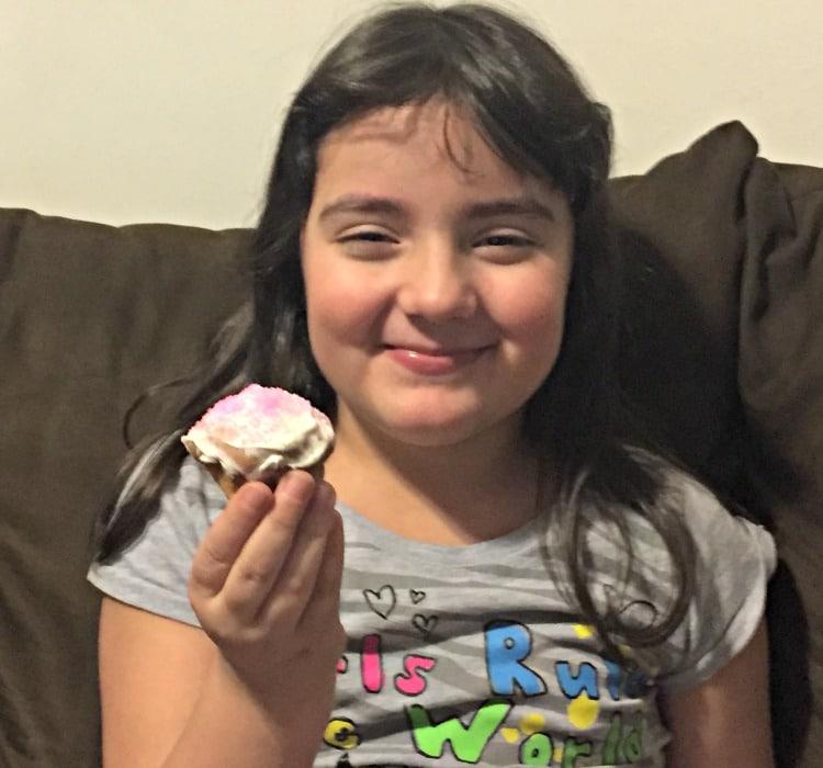 Sari comiendo un muffin