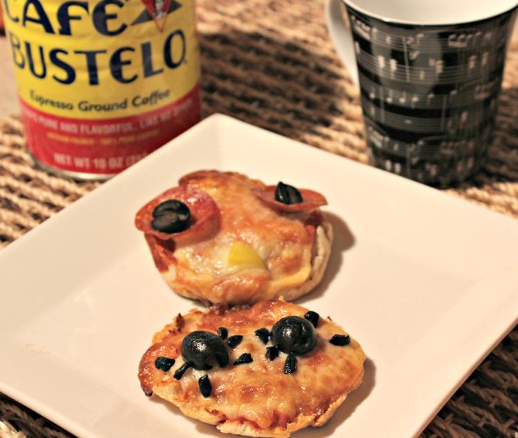 pizzas english muffin, mini pizzas, café, desayuno
