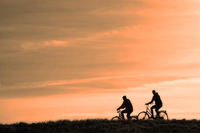 riding bicycle, andando en bicicleta