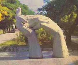 Erevan, Armenia. Copia delle mani del Cristo dell'Avana