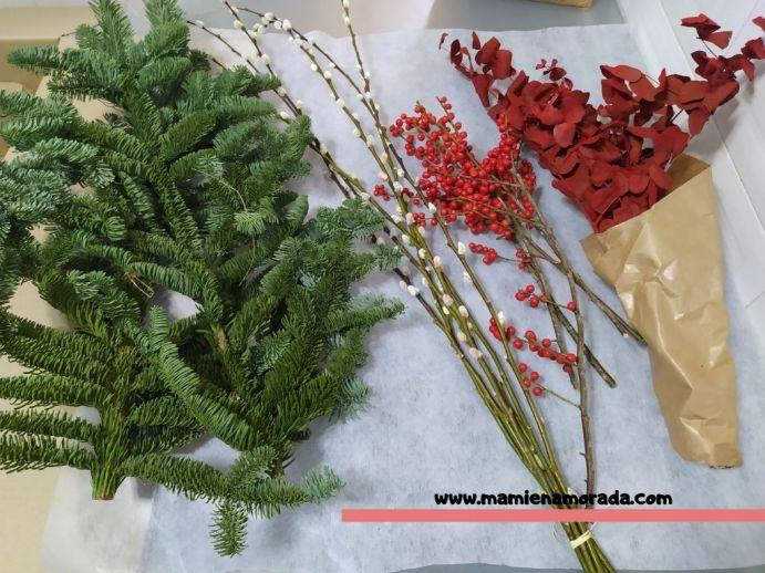 Alea Flores, talleres on líne  y  Envío de Flores a Domicilio. Diviértete con sus talleres on line, donde aprenderás, como hice yo, hacer esta preciosa corona clásica de navidad.