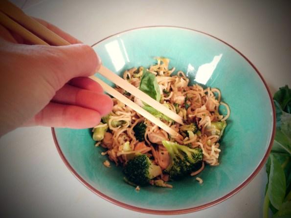 En utilisant des baguettes, on mange plus lentement et on se sent plus vite rassasié.