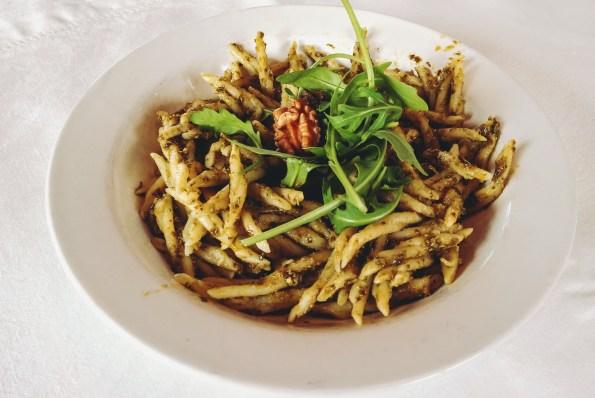 Décorez votre assiette d'un cerneau de noix, de quelques feuilles de roquette et d'un peu de parmesan.