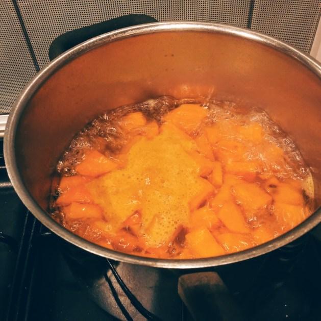 patates douces dans l'eau bouillante