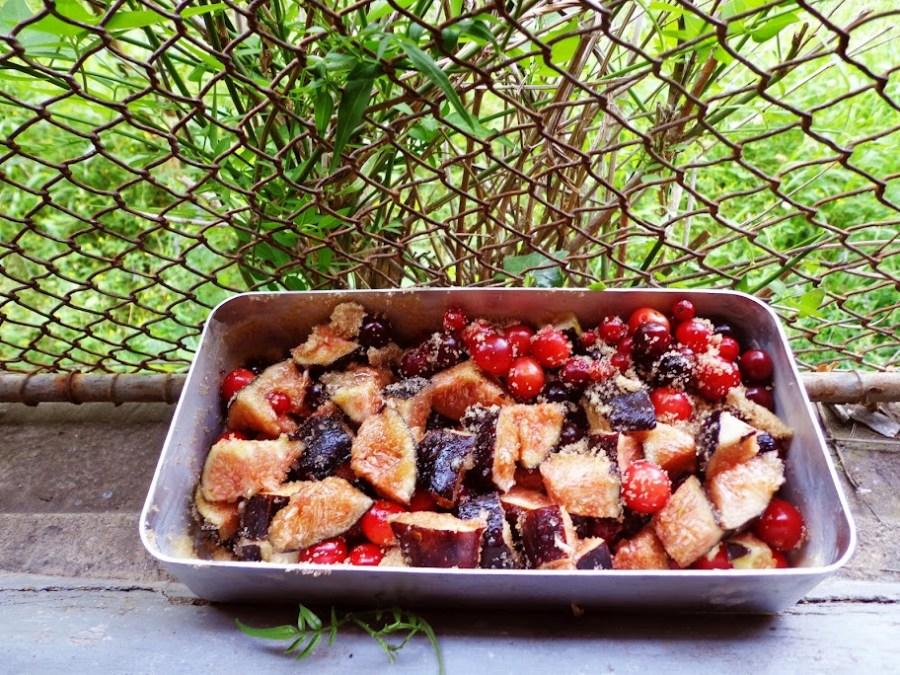 crumble aux figues et groseilles à la cassonnade