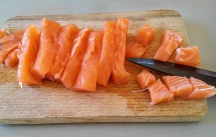 Détailler le saumon frais en cubes d'environ 1cm.