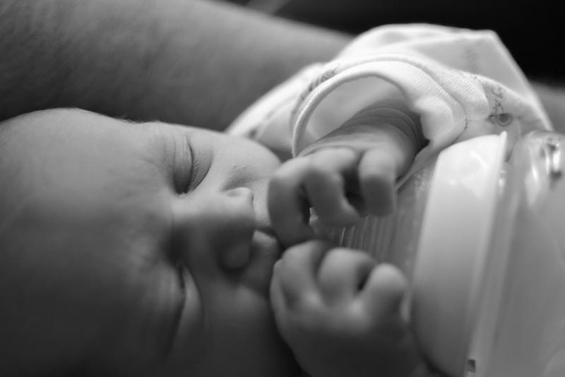 bebé con biberón. Nutribén innova