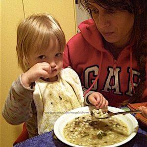 mangiare con i bambini in braccio