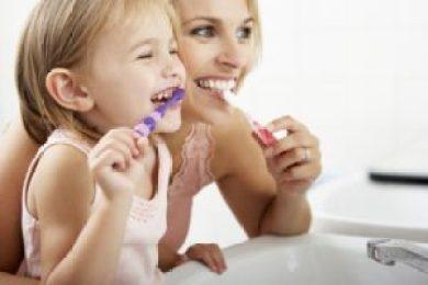 COME INSEGNARE AI BAMBINI A LAVARSI I DENTI 640x427 300x200 - Come insegnare l'igiene orale ai bambini