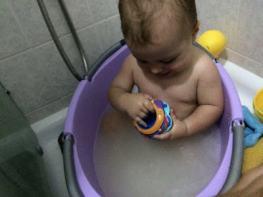 mattia si diverte durante il bagnetto