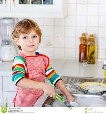 bambini che aiutano in casa