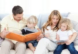 Gli adulti leggono ai bambini
