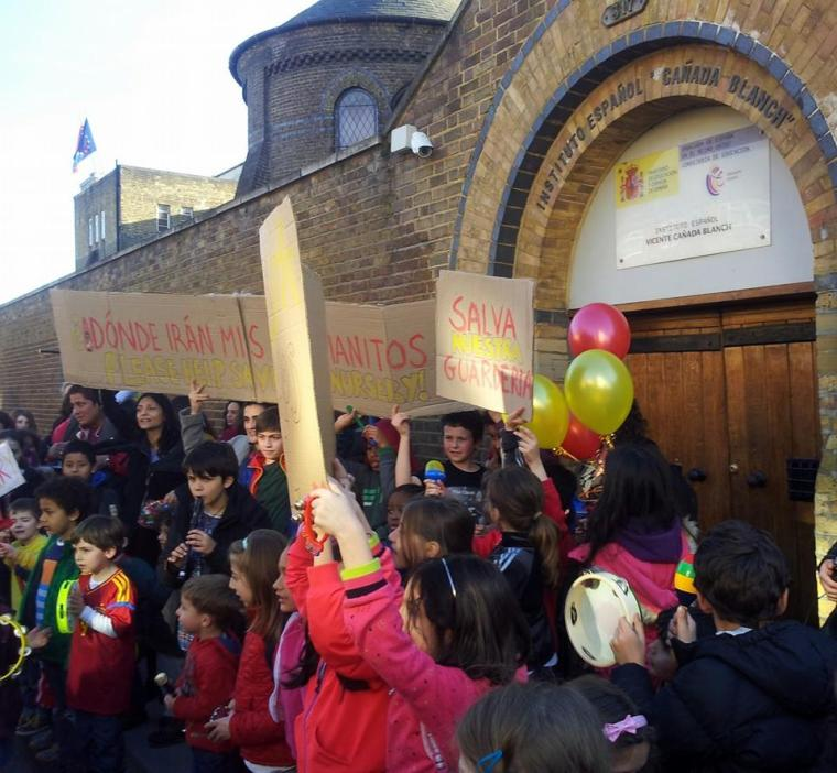 Parents and children protest outside the Instituto Vicente Cañada Blanch in an attempt to fight the closure of the nursery. Photo: APA Nursery Portobello